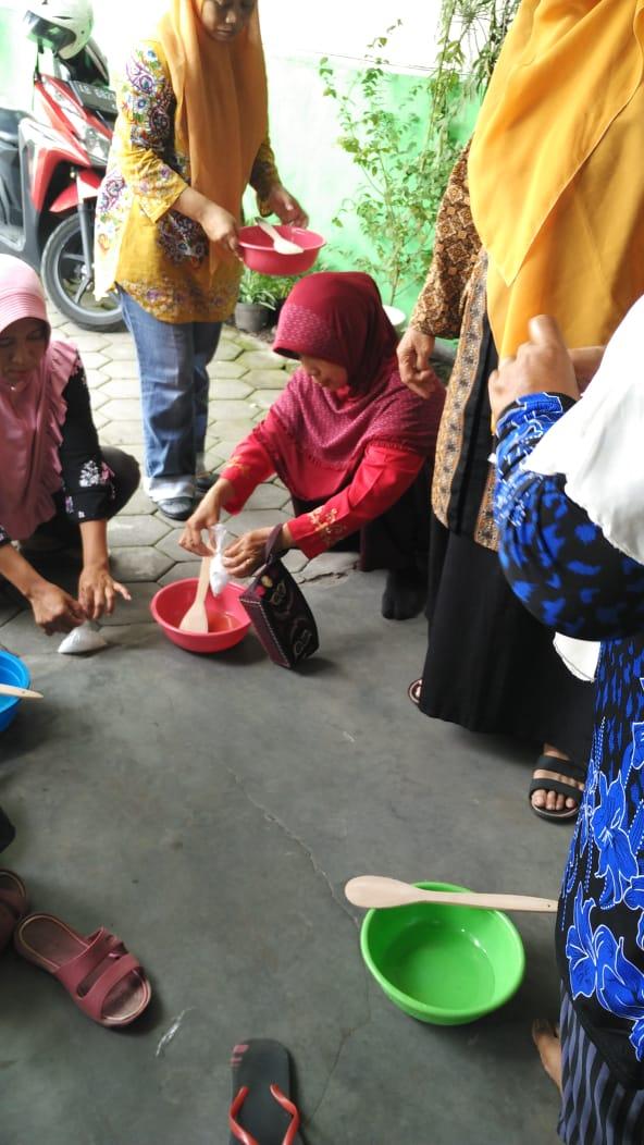 Pelatihan membuat sabun dari minyak jelantah di RW 13 Kelurahan Rejowinangun