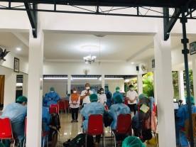 Vaksinasi Astrazeneca tahap 2 di Pendopo Kemantren bagi warga Kelurahan Rejowinangun